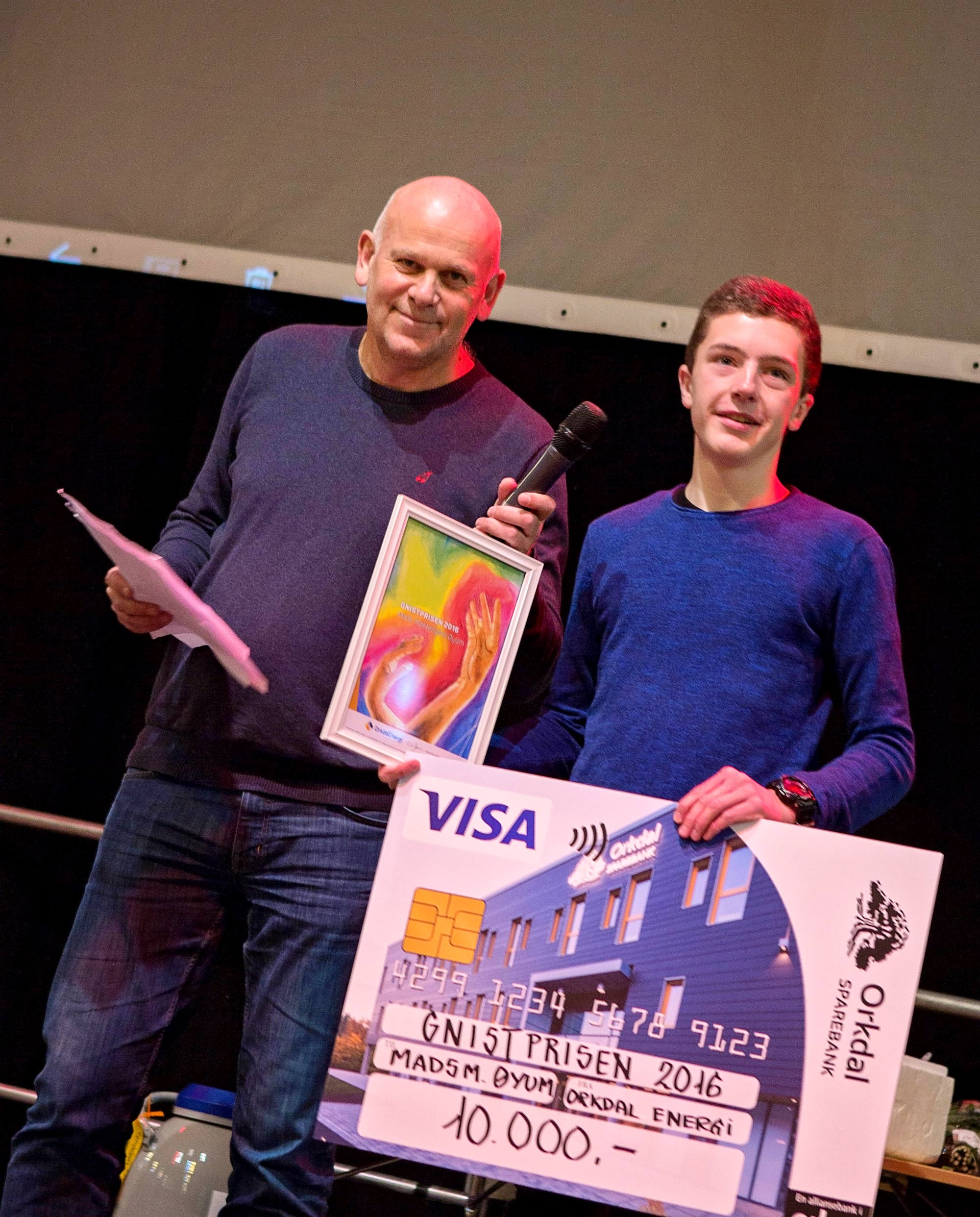 Daglig leder på Orkdal Energi, Eirik deler ut diplom og vinnerpremien til Mads
