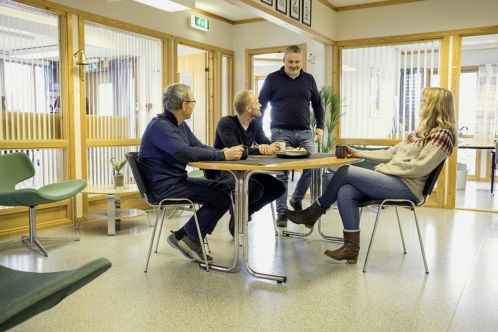Kolleger hos bedriften Leteng sitter rundt bordet i kontorlokalene på Kompetansesenteret